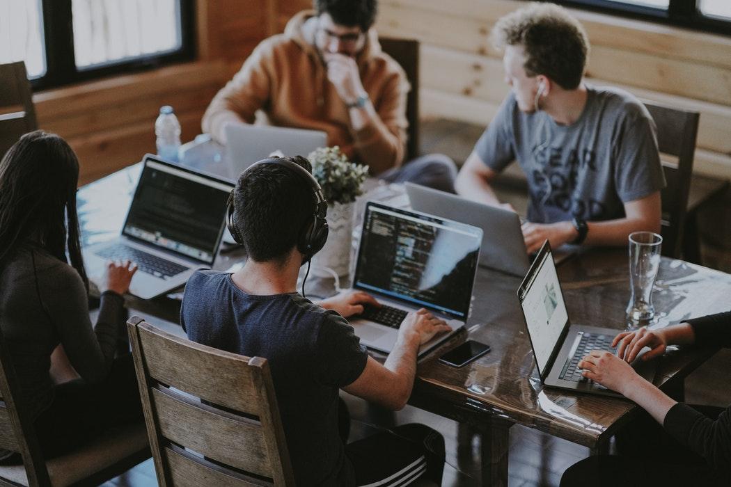 مطلوب موظفين للتواصل مع العملاء(من الجنسين) (Call Center)